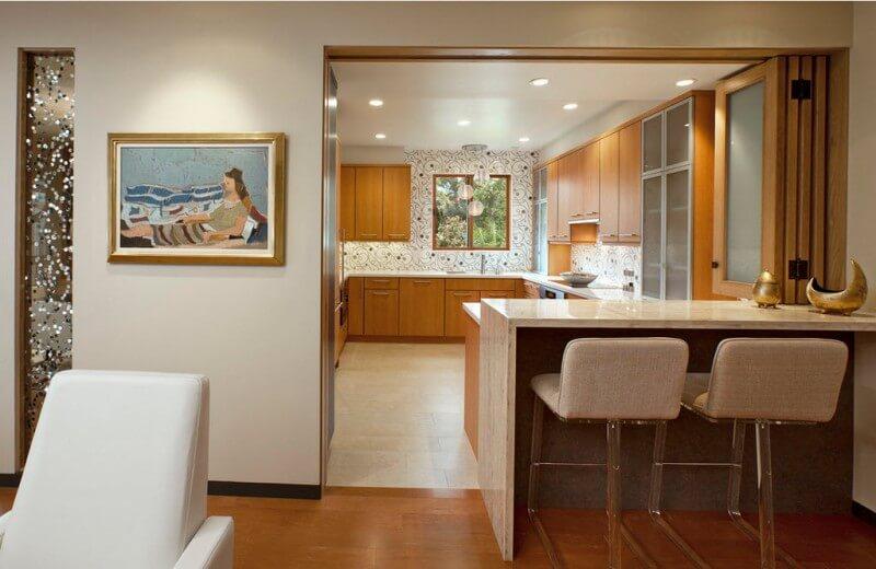 Барная стойка играющая роль обеденной зоны в гостиной совмещенной с кухней
