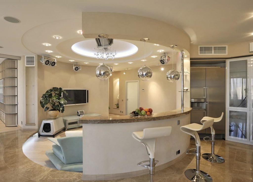 Полукруглая барная стойка островного типа в гостиной с кухней