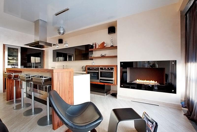 Кухня-гостиная с барной стойкой в интерьере