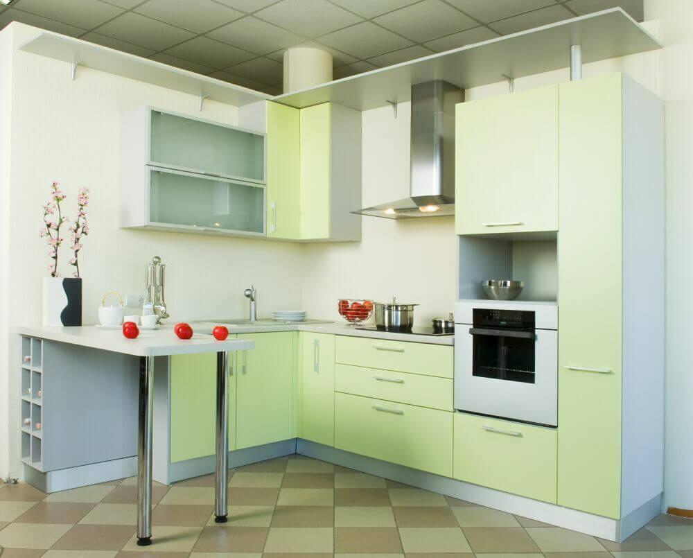 Интерьер кухни с гарнитуром оснащенным барной стойкой