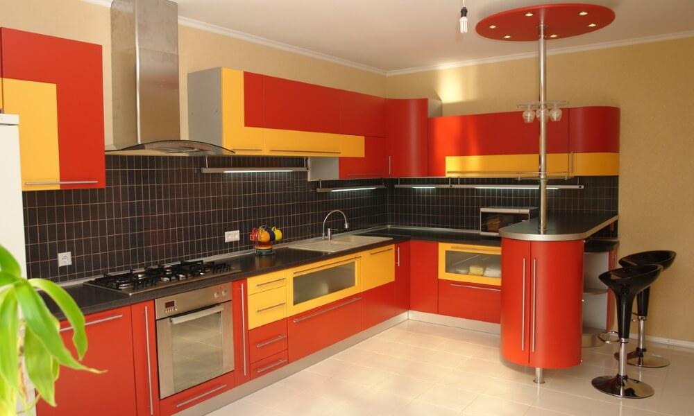 Кухонный гарнитур с встроенной барной стойкой оснащенной распашным шкафчиком