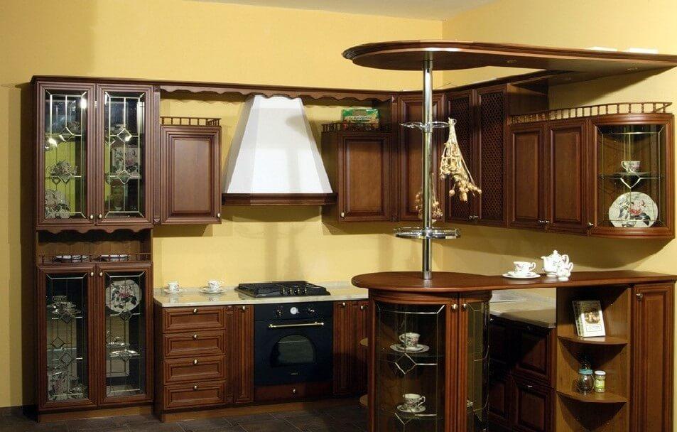 Кухонный гарнитур в классическом стиле с встроенной барной стойкой