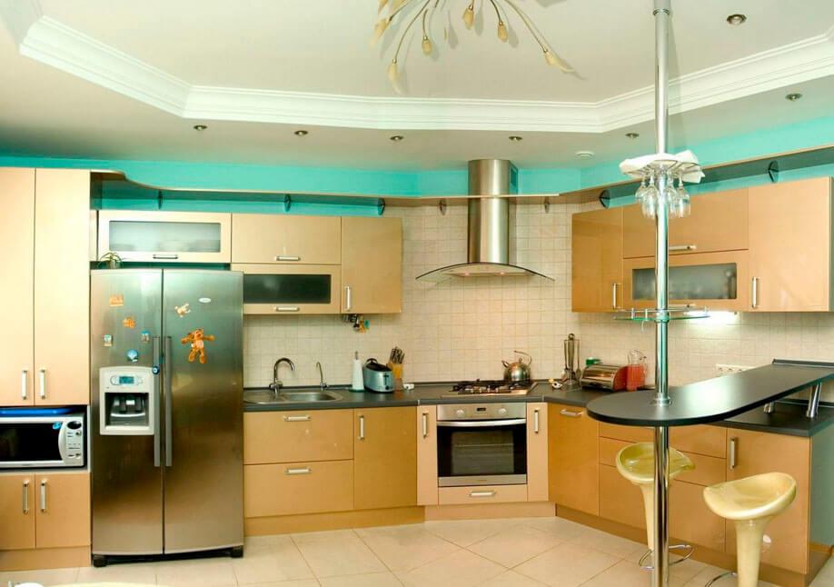 Интерьер кухни с гарнитуром оснащенным барной столешницей