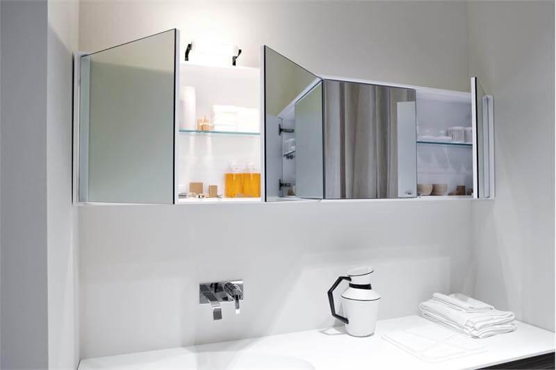 настенные шкафы в ванной с распашными зеркальными дверцами