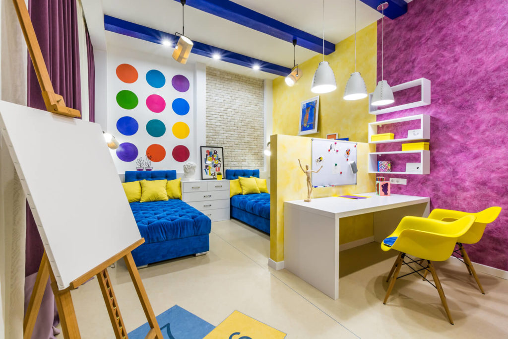 Фото навесных шкафчиком с открытыми фасадами над столом в интерьере детской комнаты