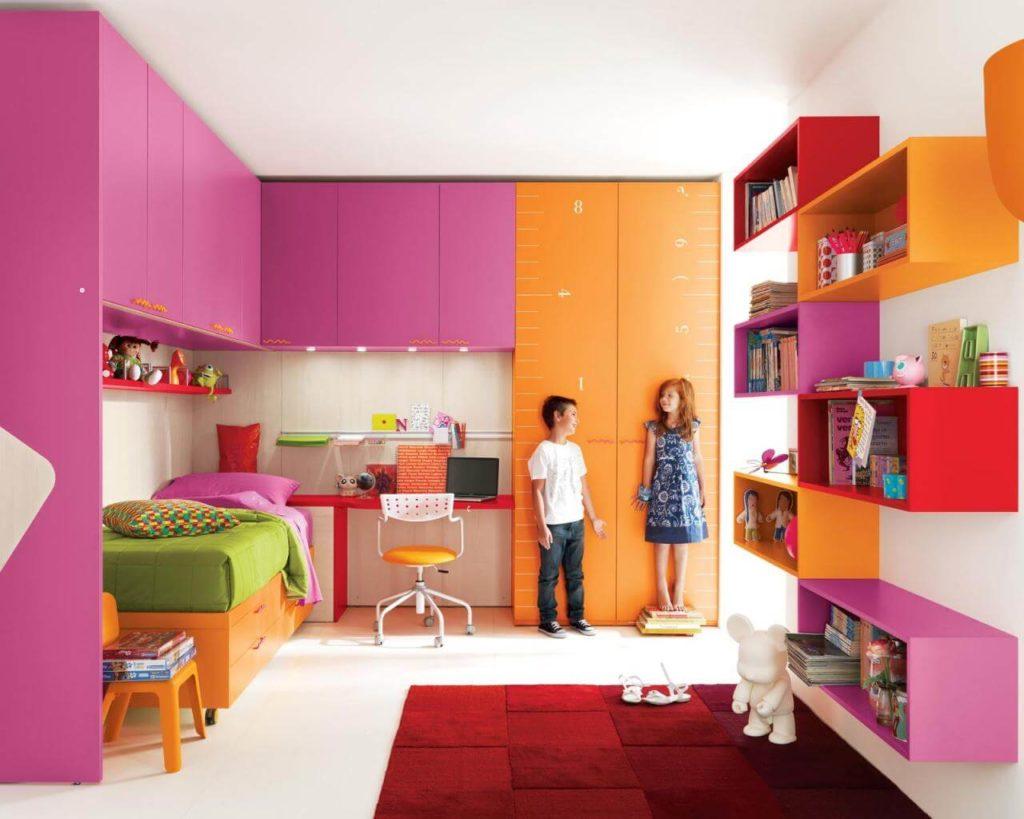 Дизайн яркой детской комнаты со шкафами