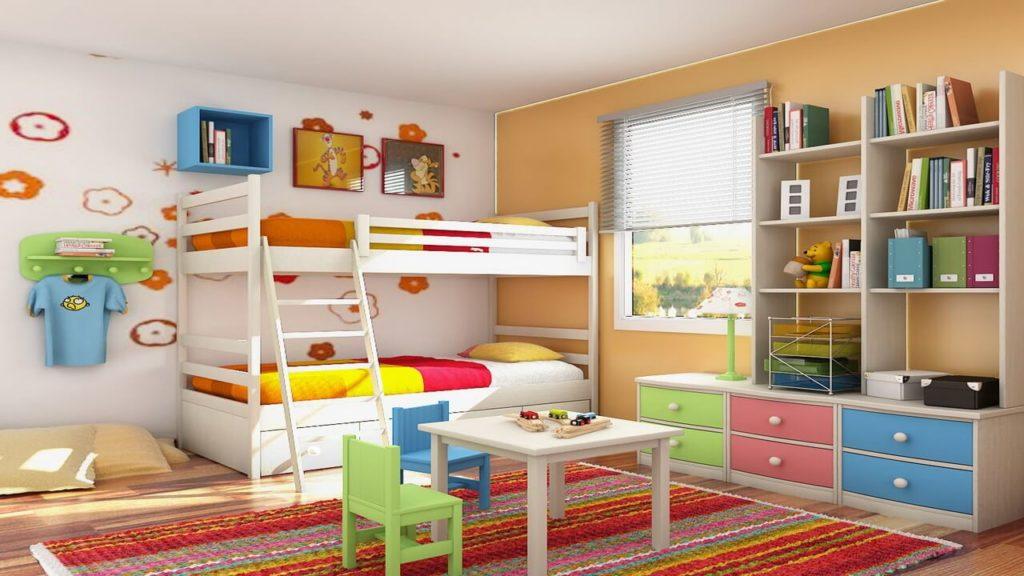 Детская комната с двухъярусной кроватью и навесным шкафчиком над ней