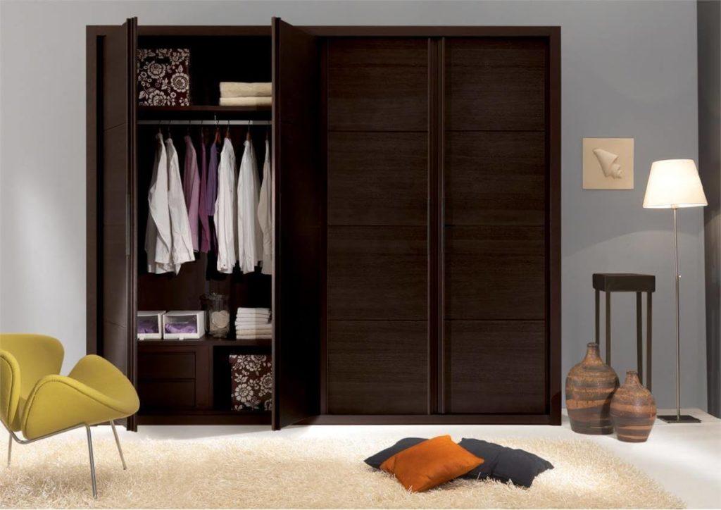 Распашной платяной шкаф для одежды в интерьере