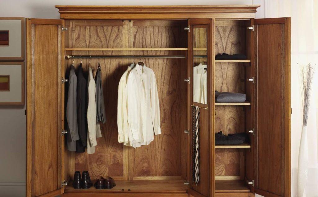Распашной деревянный шкаф для одежды