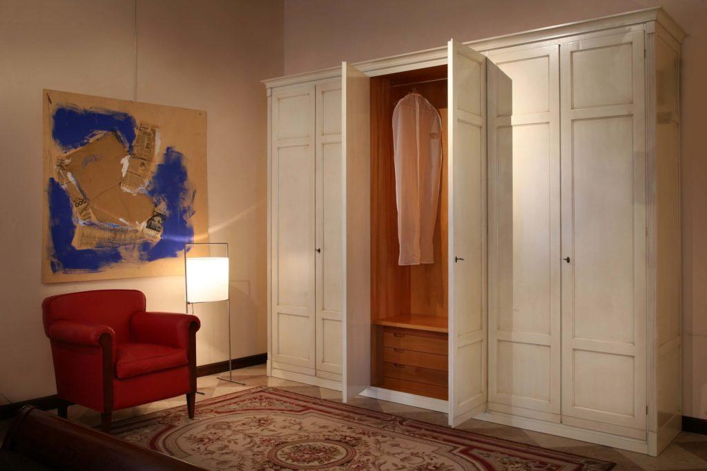 Распашной шкаф для одежды с рамочными фасадами