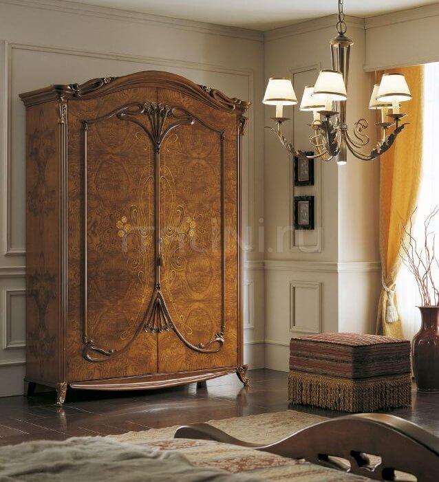 Классический деревянный платяной шкаф с спальне