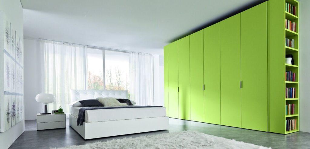 Большой зеленый шкаф в спальне для одежды