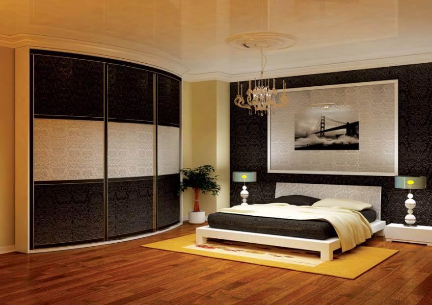Шкаф с выпуклым фасадом в спальной