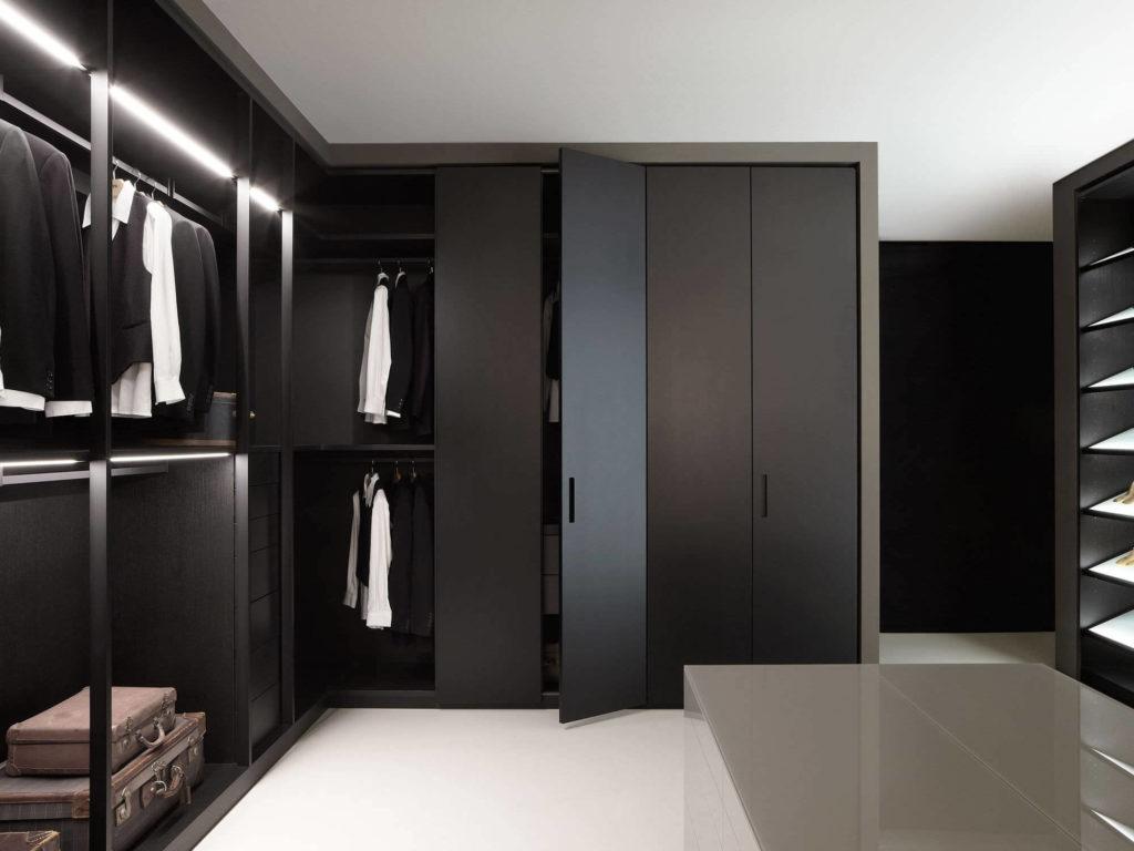Черные распашные шкафы в гардеробной