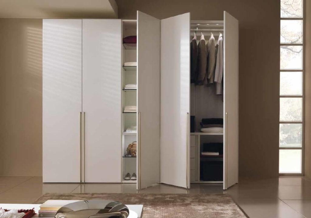 Большой шкаф для одежды и белья с распашным фасадом
