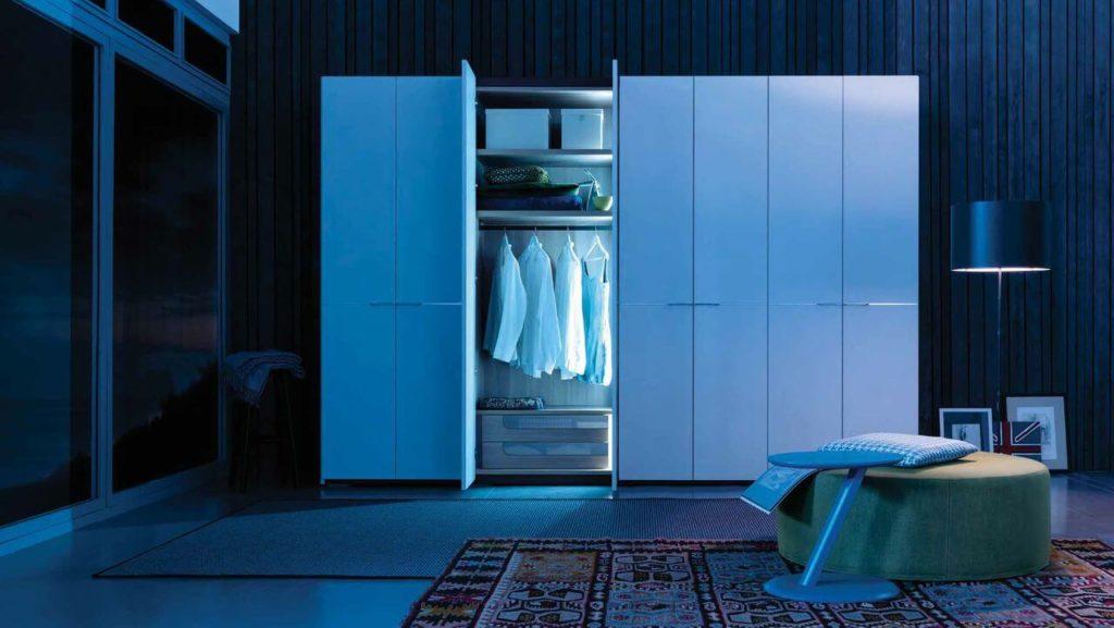 Распашной шкаф для одежды с подсветкой