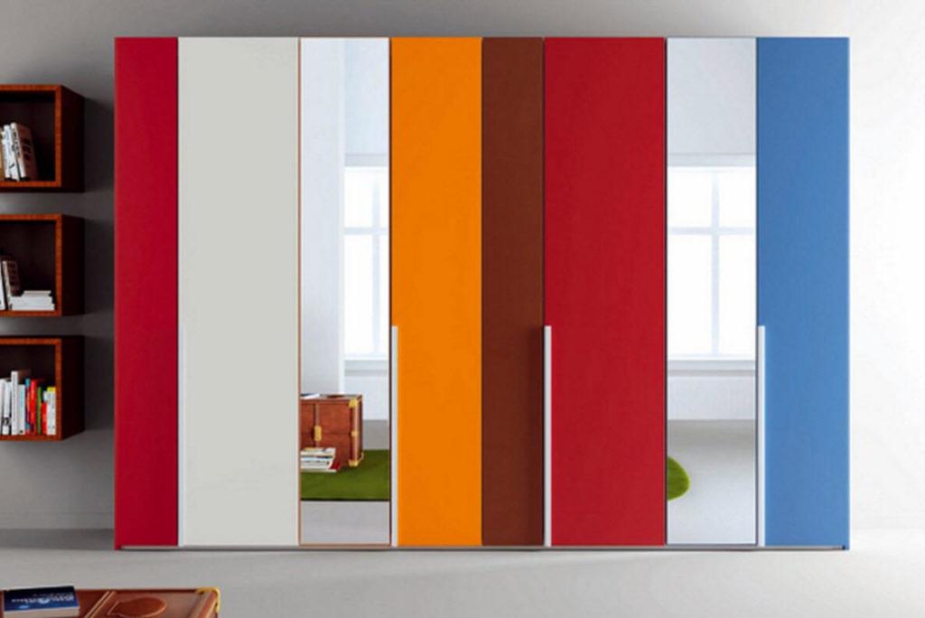 Шкаф с разноцветным распашным фасадом