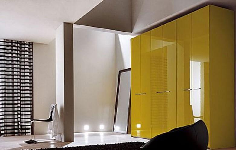Желтый глянцевый распашной шкаф