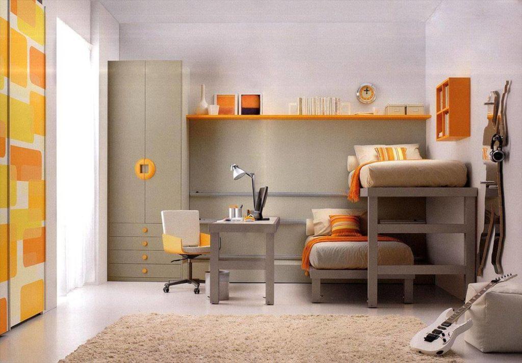 Детская комната с двумя кроватями и распашным шкафом