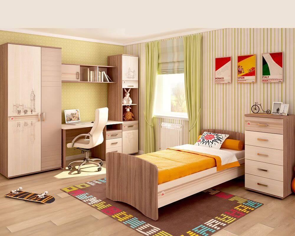 Распашной шкаф в детской с цельными фасадами
