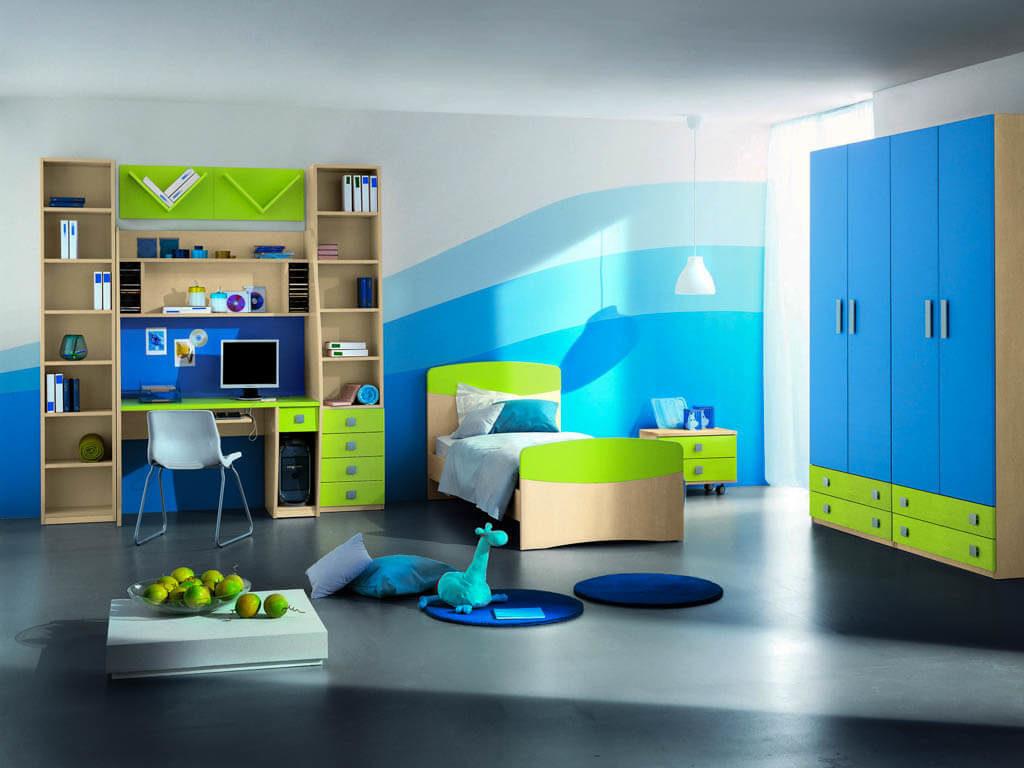 Большой четырехстворчатый распашной шкаф с голубыми фасадами в комнате ребенка
