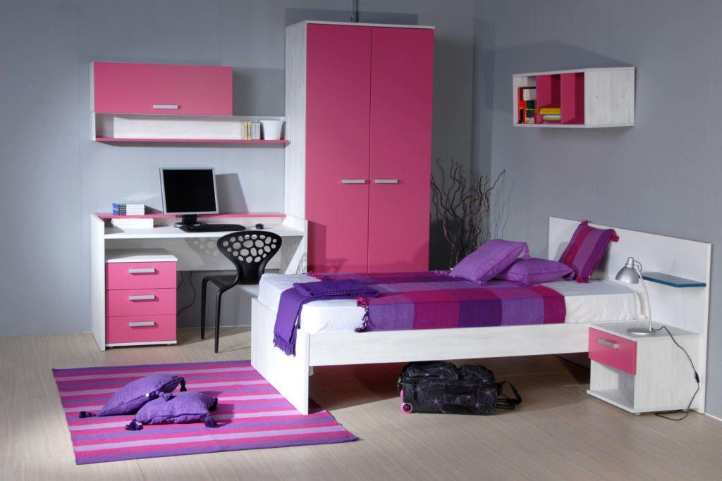 Детская комната с распашным шкафом с розовым фасадом