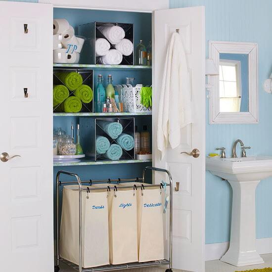 Встроенный бельевой шкаф с распашным фасадом в ванной