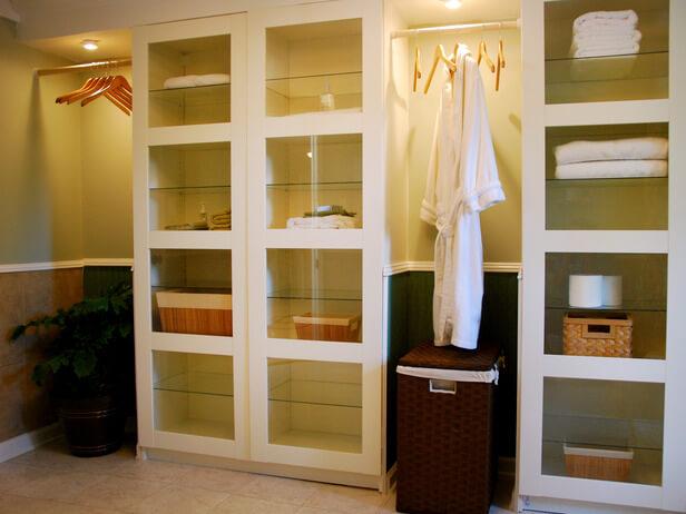 Бельевой шкаф с прозрачными стеклянными фасадами