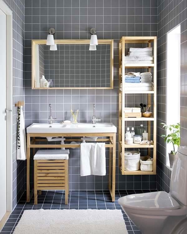 Фото бельевого шкафа с открытым фасадом в ванной