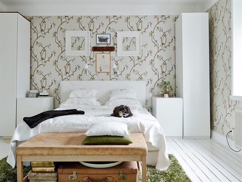 Спальня с бельевыми шкафами пеналами