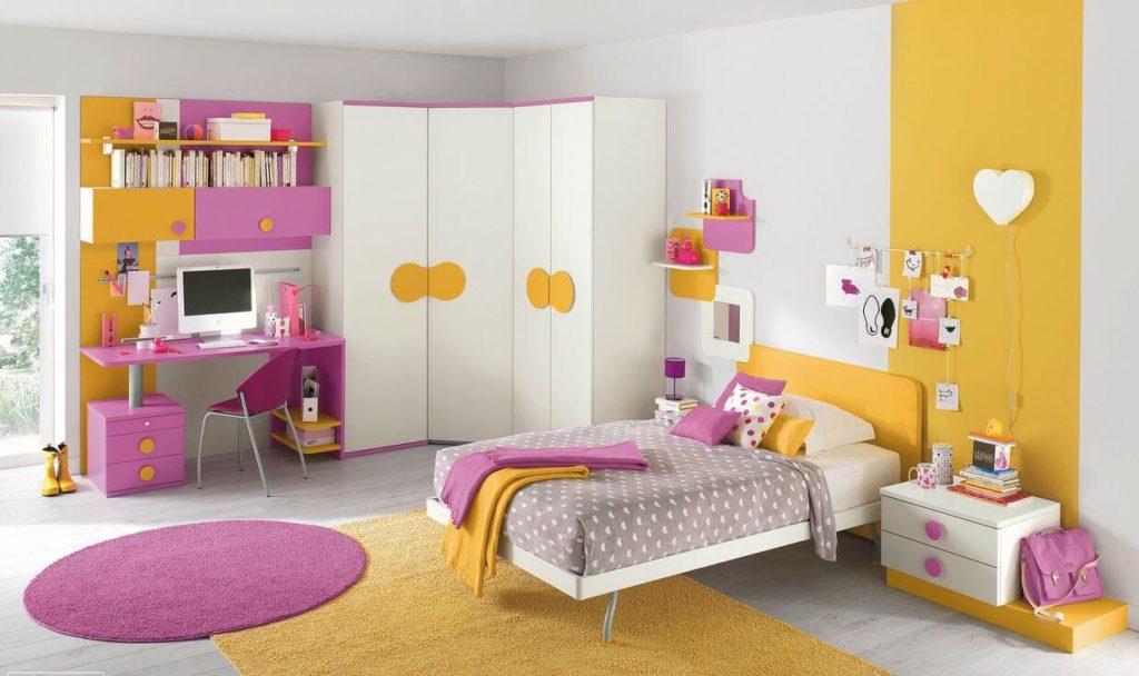 Угловой шкаф с распашными дверцами в детской комнате