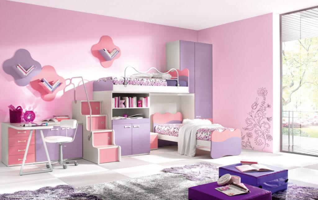 Интерьер комнаты двух девочек с двумя кроватями и шкафом
