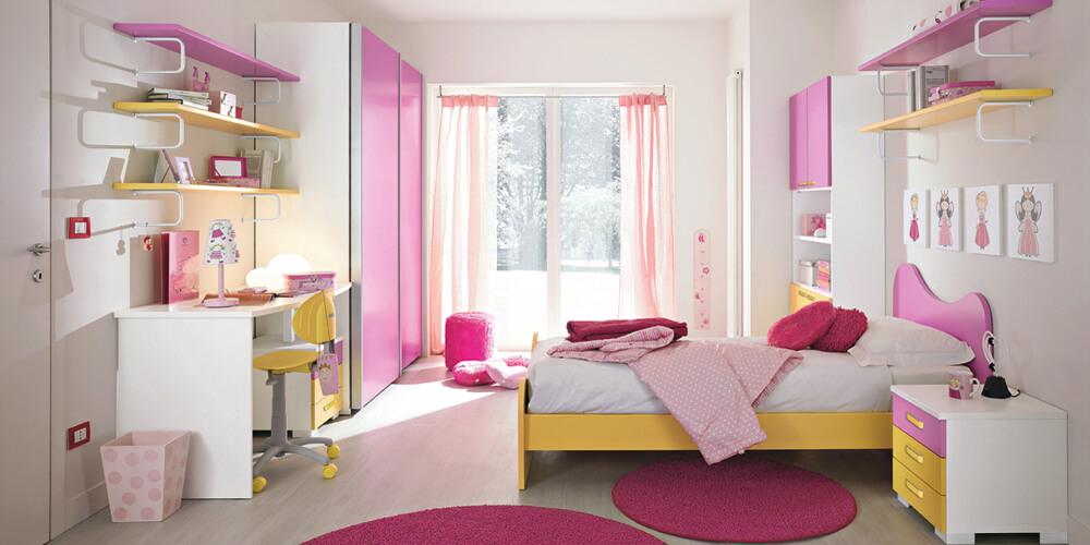 Спальня детской с розовыми мебельными фасадами