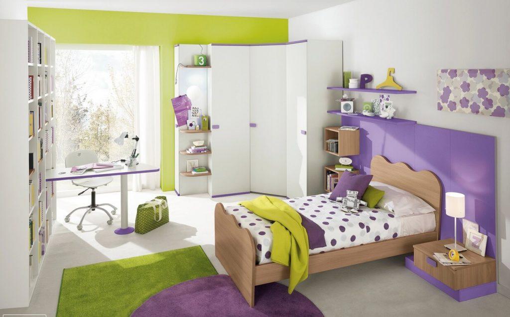 Бело-сиреневый дизайн спальни девочки с кроватью, столом и угловым распашным шкафом