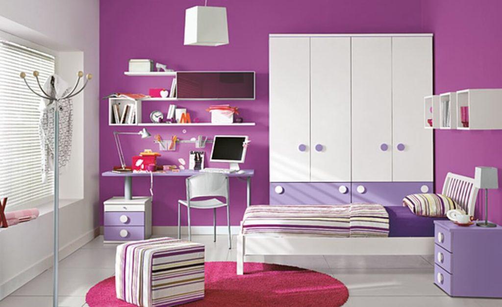 Распашной шкаф с выдвижными ящиками внизу в комнате девочки