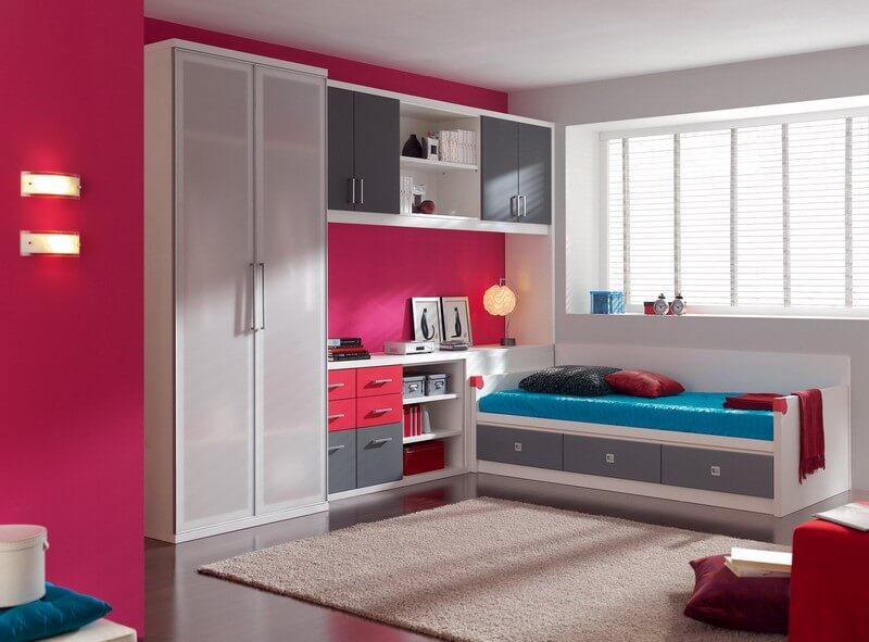 Интерьер комнаты девочки с распашным шкафом с полупрозрачными фасадами