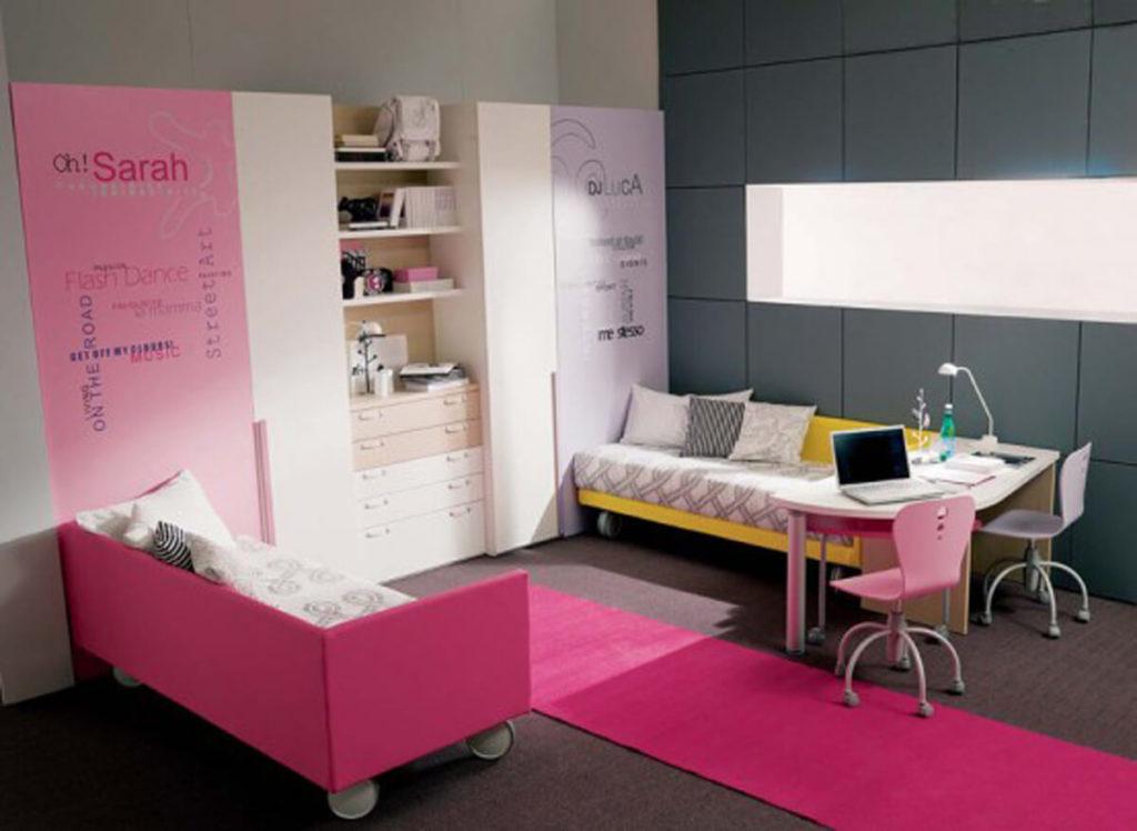 Комната двух девочек с двумя кроватями на колесиках и шкафами