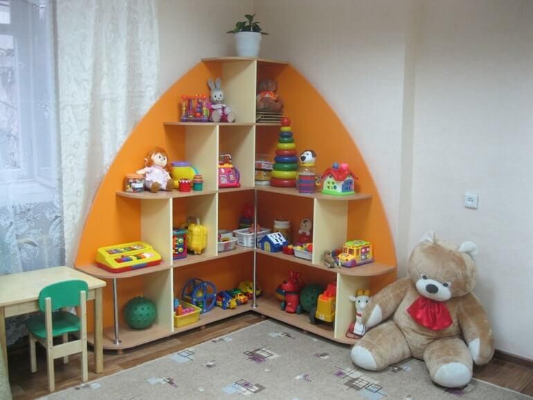 Угловой шкаф - стелаж для игрушек в детскую комнату