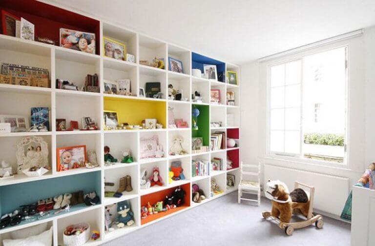 Шкаф во всю стену с открытым фасадом в интерьере детской