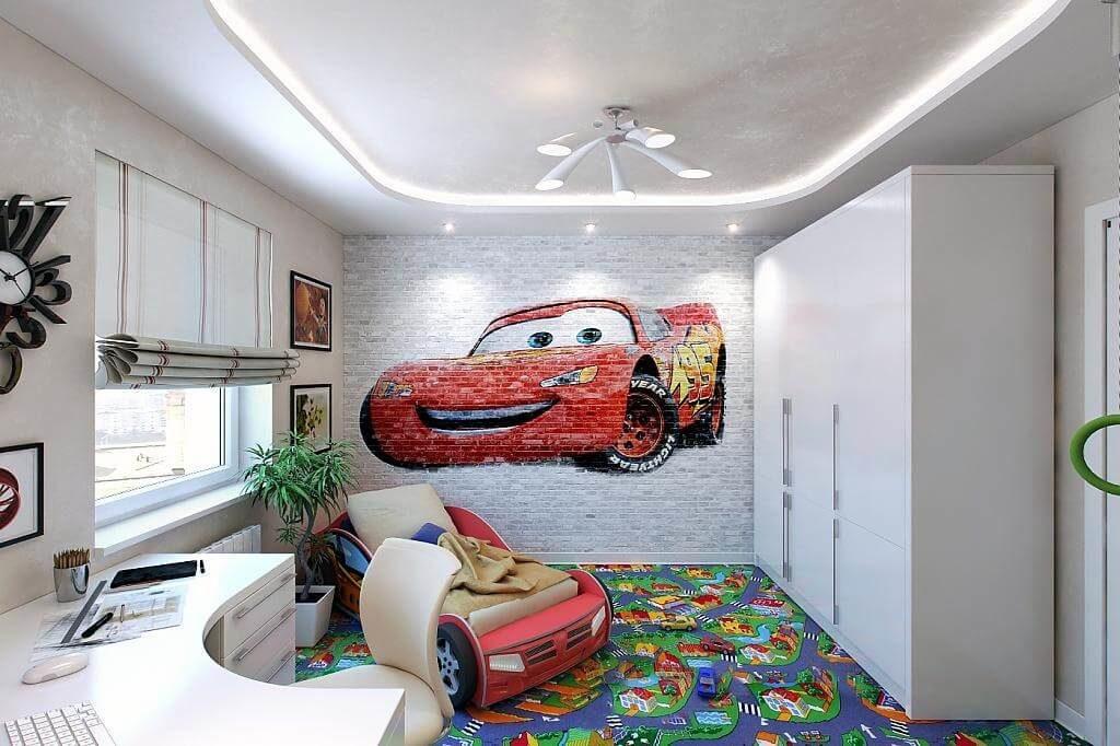 Детская комната мальчика с белым большим шкафом в интерьере