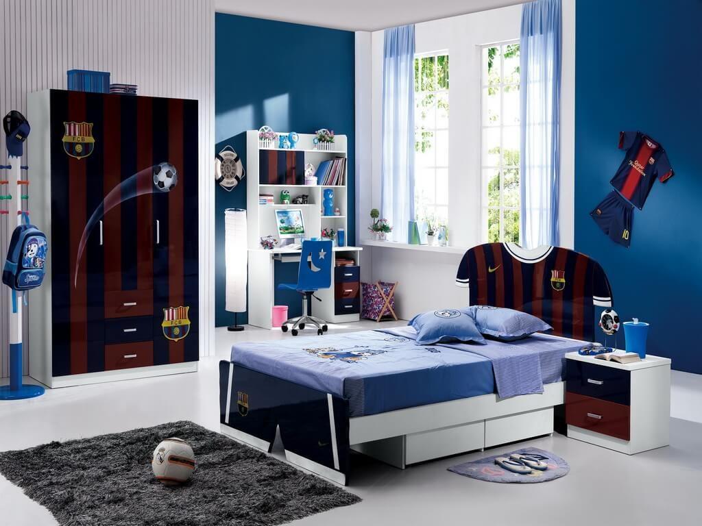 Дизайн интерьера спальни мальчика в футбольном стиле со шкафом и кроватью