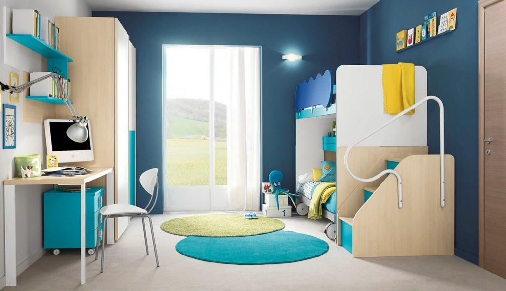 Дизайн детской комнаты с двухъярусной кроватью и шкафом для одежды