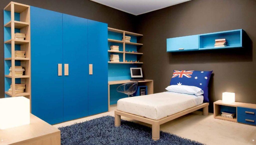 Фото трехстворчатого распашного шкафа для одежды в спальне мальчика