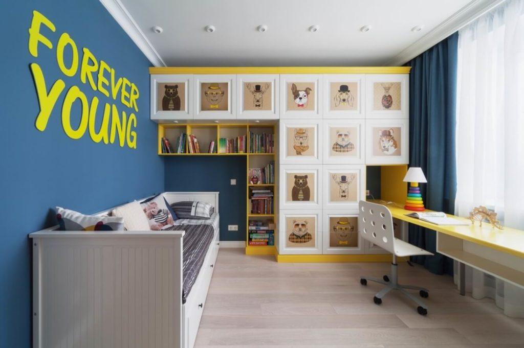 Шкаф во всю стену с множеством ящичков в интерьере детской