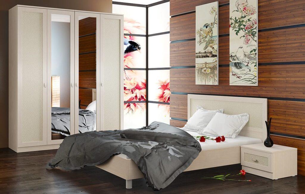 Распашной шкаф для одежды в спальне