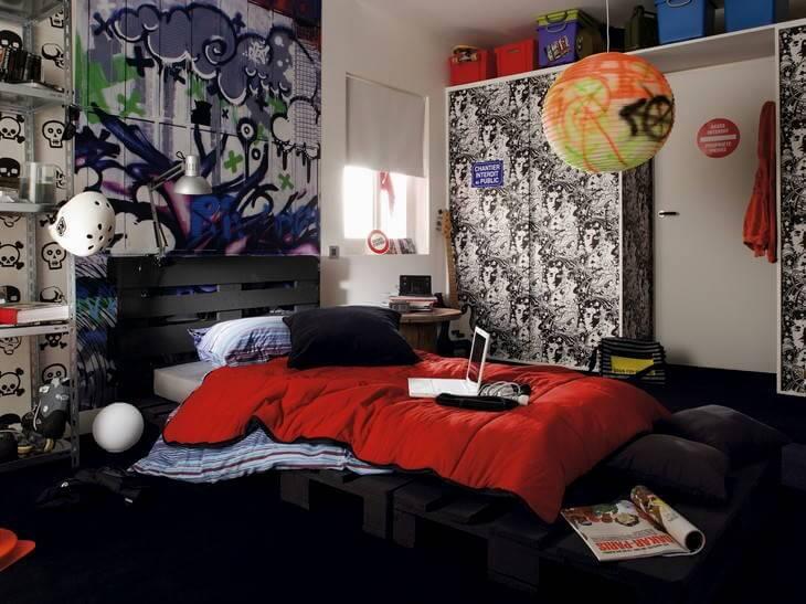 Комната подростка с кроватью из строительных поддонов и встроенным шкафом