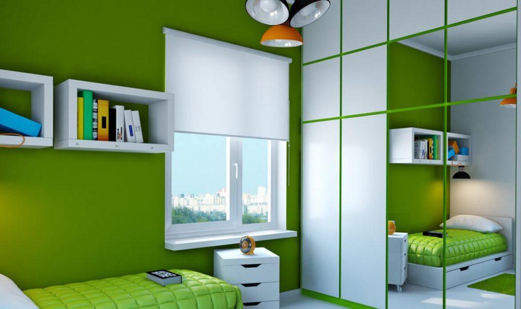 Шкаф в интерьере комнаты подростка с зеркальным фасадом