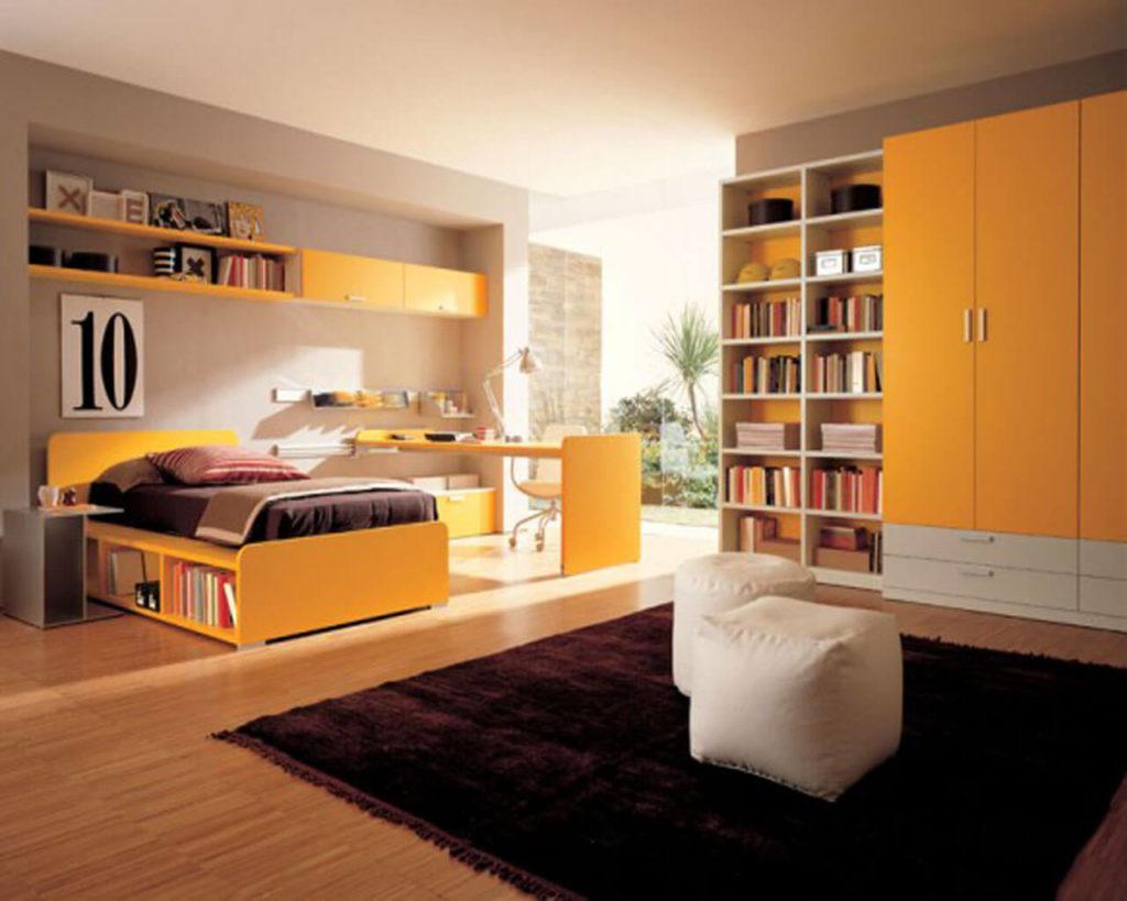 Фото комнаты подростка с передвижным столом и шкафами с распашными фасадами и книжными полками