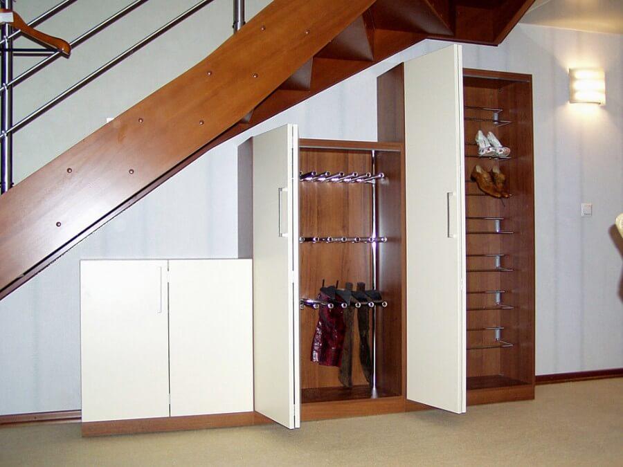Шкаф под лестницей со складной системой дверей
