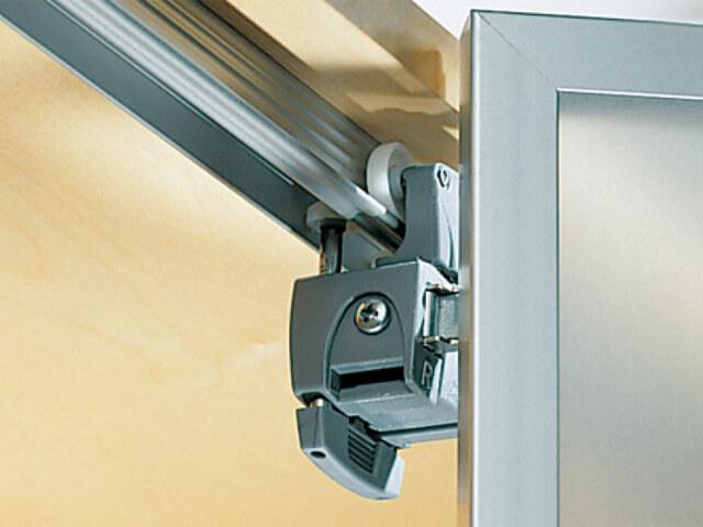 Фото ролика складной системы открытия двери шкафа